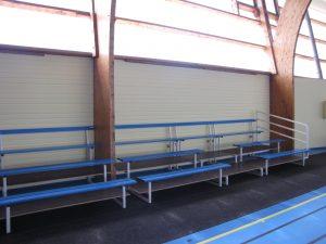 tribune avec escalier et garde corps